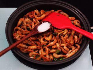 桃花虾爆韭菜,这个时候根据个人口味,加入适量的盐调味。