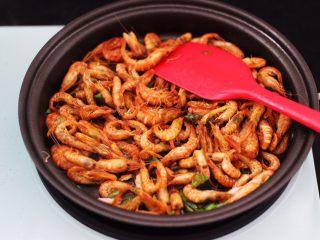桃花虾爆韭菜,大火翻炒均匀后。