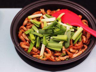 桃花虾爆韭菜,大火继续翻炒片刻后,再加入切段的韭菜。