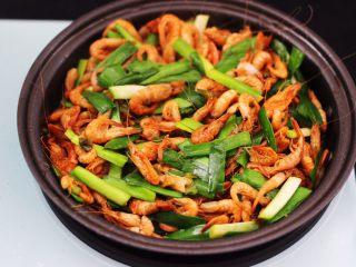 桃花虾爆韭菜,大火翻炒至断生变色即可。