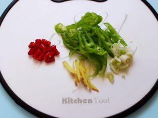 辣爆蚕蛹,青尖椒洗净后用刀切成丝,葱好小米辣切丁,姜切丝备用。