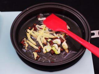 辣爆蚕蛹,这个时候放入葱姜爆出香味。