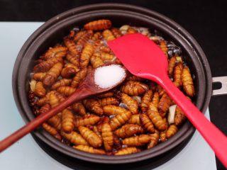 辣爆蚕蛹,再加入适量的盐调味。