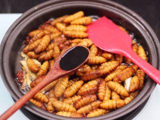 辣爆蚕蛹,加入生抽调色。