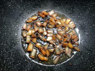 芥菜饭,热锅放入少许油,把酱油肉肥的部分放入煸炒出油。