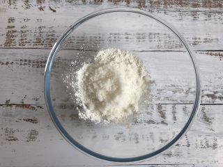 三色牛奶小方,碗中倒入玉米淀粉和白糖