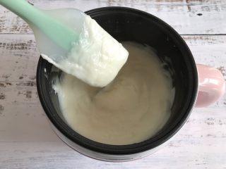 三色牛奶小方,搅拌变浓稠后就可以关火了