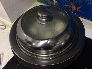 上海菜馒头,烤箱拿出笼格放入锅中蒸10分钟,关火焖5分钟。