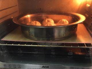 上海菜馒头,将包好菜馒头放入笼格,送进烤箱发酵10分钟。