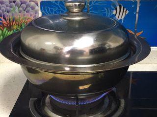 上海菜馒头,锅中放入冷水,煤气中火煮开。