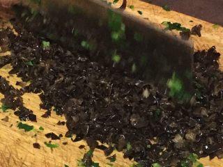 上海菜馒头,木耳浸泡后洗净切碎。