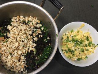 上海菜馒头,豆腐干切碎,鸡蛋打散放煤气灶上做成蛋皮切碎。