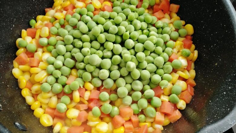 素三彩,放入豌豆炒至变色。