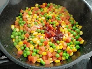 素三彩,放入蚝油,盐,生抽,胡椒粉。