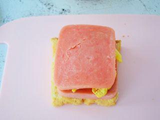 火腿蛋三明治,再放入火腿