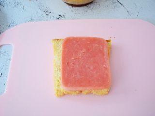 火腿蛋三明治,放入火腿