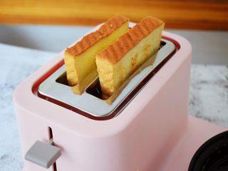 火腿蛋三明治,先把吐司放入多士炉中烤,烤好取出备用,烤到什么程度可根据自己的口味调整,想吃脆一点的就烤久一些
