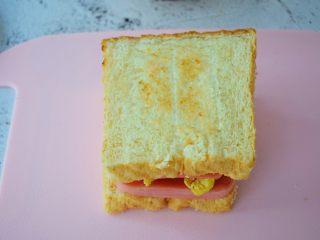 火腿蛋三明治,最后盖上另一片吐司