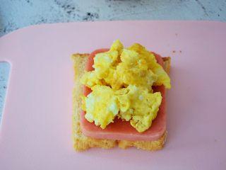 火腿蛋三明治,铺上鸡蛋