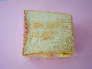 火腿蛋三明治,用保鲜膜包裹起来
