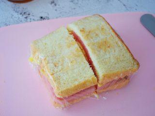 火腿蛋三明治,用锯齿刀从中间切开