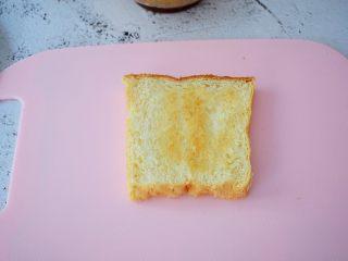 火腿蛋三明治,取一片吐司片