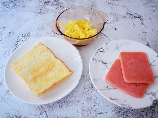 火腿蛋三明治,全部装盘备用