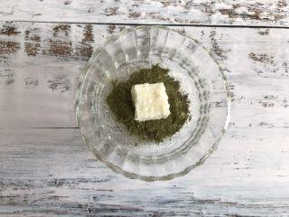 三色牛奶小方,取出几个沾上抹茶粉