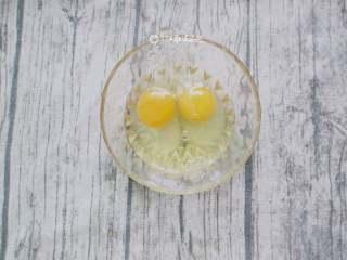 鸡蛋青菜素面,鸡蛋洗净蛋壳后,磕进碗里打散