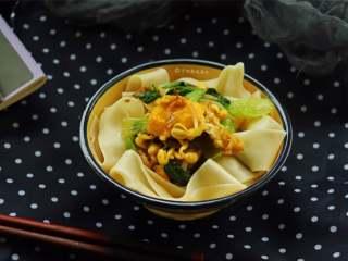鸡蛋青菜素面,喜欢吃辣的同学可以配一点自己喜欢的比如辣椒油,或是剁辣椒之类的,绝对爽到爆表。