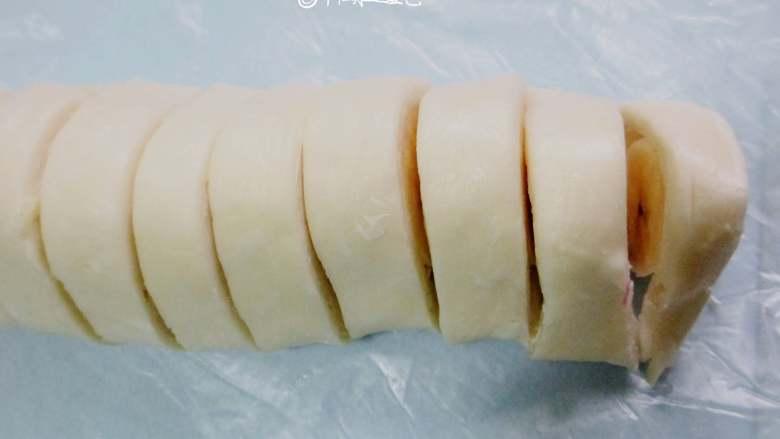 千层香蕉酥,卷起后切小段