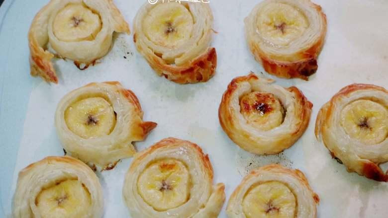 千层香蕉酥,放入预热好的烤箱中层,200度烤15分钟。