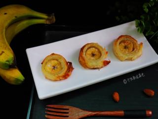 千层香蕉酥,烤到饼皮酥脆,泛微黄就可以了。
