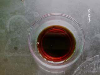 肥牛饭,我们可以制作一下料汁。在小碗中加入清水、盐,糖,<a style='color:red;display:inline-block;' href='/shicai/ 788/'>生抽</a>和<a style='color:red;display:inline-block;' href='/shicai/ 721/'>蚝油</a>,之后把它们搅拌均匀。