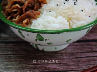 肥牛饭,可以搭配米饭来吃,把做好的菜放到米饭上,蔬菜摆在周围,汤汁也可以浇在米饭上面,吃起来会更香。荤素搭配,营养又美味的肥牛饭就做好了。