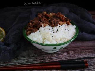 肥牛饭,用肥牛片包着米饭吃,汤汁拌着米饭吃