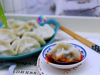 蘑菇韭菜饺子,蘸上调料汁好吃到哭,老公吃了一盘没吃够。
