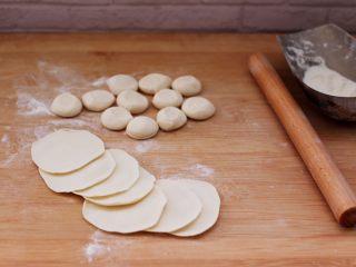 蘑菇韭菜饺子,摁扁用擀面杖擀成圆形薄面皮。
