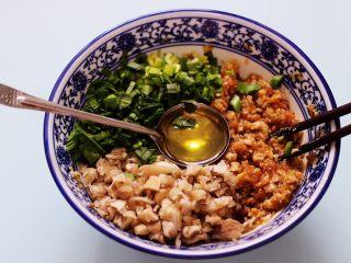 蘑菇韭菜饺子,这个时候倒入花生油。
