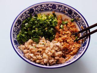 蘑菇韭菜饺子,猪肉馅里加入老抽和生抽,料酒和鸡精,花椒粉和适量的盐,再加入葱姜后顺时针方向搅拌上劲后,加入切碎的蘑菇和韭菜。