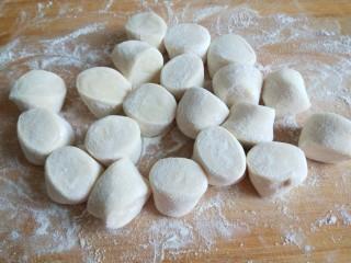 #二月二的习俗#春饼,切成均匀的小剂子。比饺子剂子大一倍。