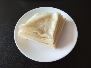#二月二的习俗#春饼,趁热在一片一片揭开折叠一个三角形。