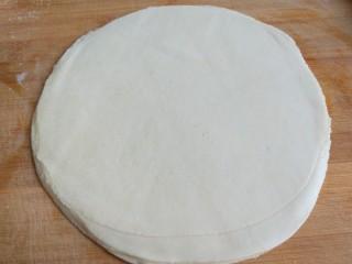 #二月二的习俗#春饼,在把第二个刷均匀油,接着第三。第四。第五,第六个,同样刷均匀油落在一起,在从里往外擀大。