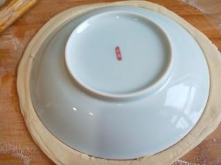 #二月二的习俗#春饼,和盘子大小,在扣上一个盘子,把多余的面皮切掉。