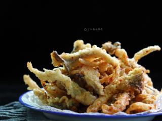酥炸蘑菇,非常简单的一道美味可口的菜,也可以说它是香嘴零食。成品外酥里嫩,非常好吃。