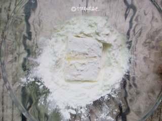 多福豆腐,豆腐反正面粘上一层面粉,轻抖掉多余的面粉