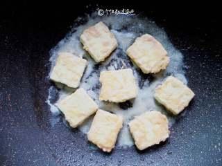 多福豆腐,豆腐块每一面都煎成金黄脆皮,出锅
