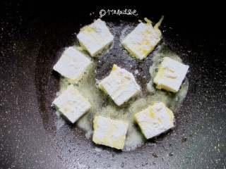 多福豆腐,平底锅烧热,放入少许油,放入豆腐块小火煎