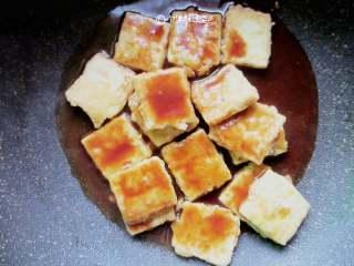 多福豆腐,调好的汁倒入煎好的豆腐块中
