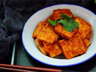 多福豆腐,这道菜一改豆腐软嫩的口感,将其煎得外焦内嫩,再淋上酸酸甜甜的酱汁
